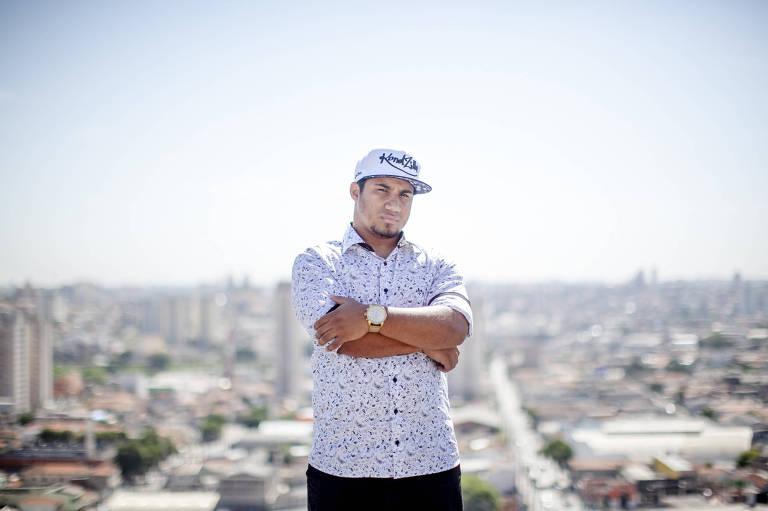 Konrad Dantas, o produtor de clipes de funk, na ponte Estaiada, em São Paulo