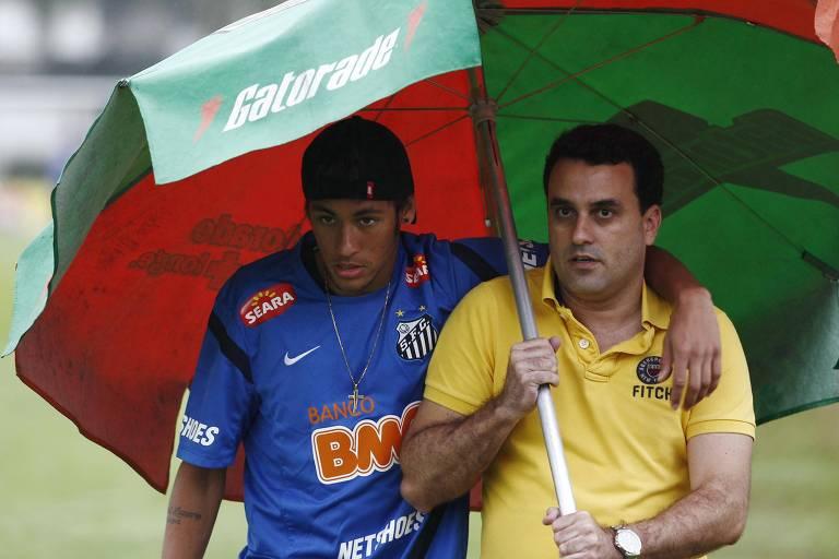 Neymar, ainda no Santos, chega para dar entrevista no CT acompanhado do seu então assessor, Eduardo Musa