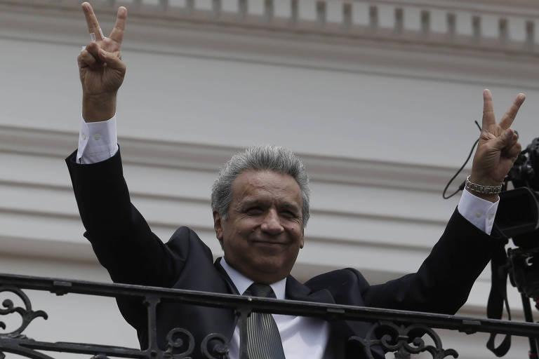 O presidente do Equador, Lenín Moreno, acena a apoiadores durante a troca da guarda do Palácio de Carondelet nesta segunda (5) em Quito