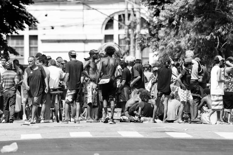 Fluxo de usuários de drogas na rua Helvétia, no centro paulistano
