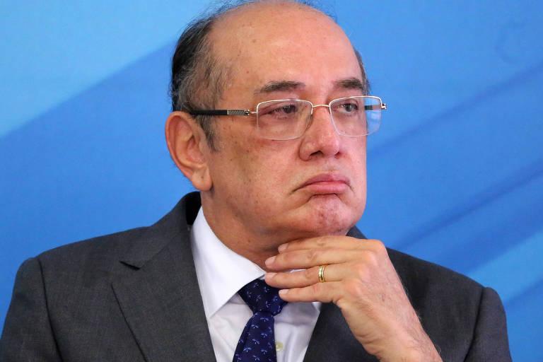 O ministro Gilmar Mendes, do STF, com a mão no queixo