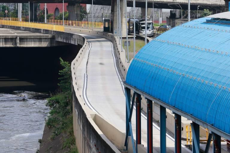 Trecho de pista do expresso Tiradentes próximo à estação Pedro II está com rachaduras e corre o risco de desabamento