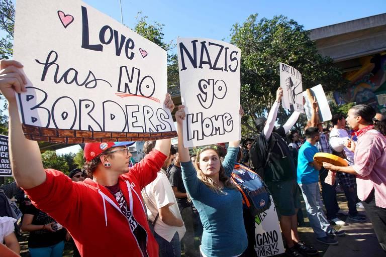 Contramanifestantes protestam em parque de San Diego contra direitistas que fazia um ato pró-Donald Trump e contra entrada de imigrantes