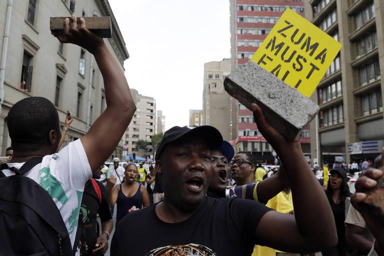 Manifestantes protestam do lado de fora da sede do CNA pedindo a saída de Zuma, em Johanesburgo