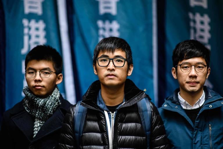 Joshua Wong, Nathan Law e Alex Chow em frente ao tribunal em Hong Kong nesta terça-feira (6)