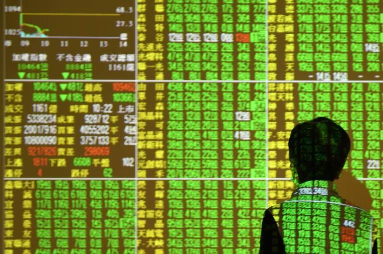 Investidor observa monitor de mercado em Taipei, capital de Taiwan