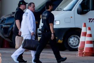 Geddel Vieira Lima desembarca do avião da Polícia Federal
