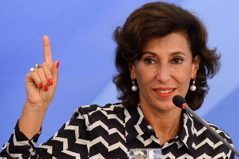 Maria Silvia Bastos Marques em discurso aponta para cima