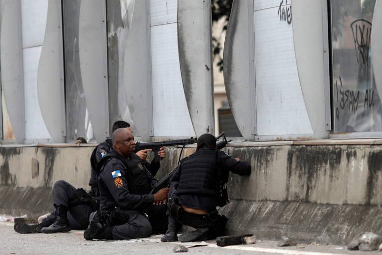 Policiais trocam tiros com supostos traficantes de drogas próximo ao Complexo da Maré; adolescente morreu baleado