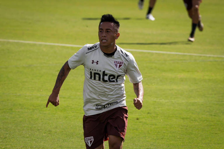 O jogador peruano Cueva em treino do São Paulo na última segunda