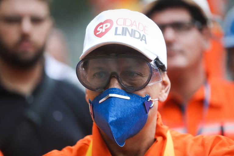 Prefeito João Doria com mascara e óculos para participar de ação de zeladoria do programa Cidade Linda