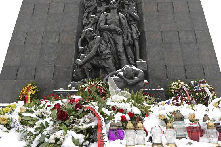 Neve cobre flores no memorial do Levante do Gueto de Varsóvia, na capital da Polônia
