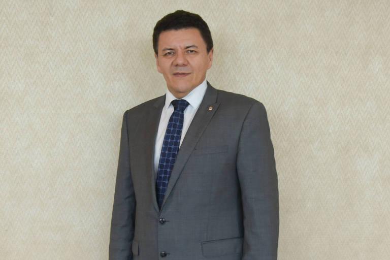 Roberto Veloso, presidente da Ajufe (Associação dos Juízes Federais do Brasil), está em pé e usa terno e gravata