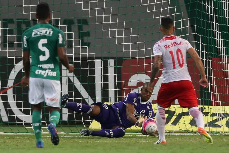 O goleiro Jailson, do Palmeiras, defende um pênalti cobrado por Rodrigo Andrade, do Red Bull, em jogo válido pelo Campeonato Paulista