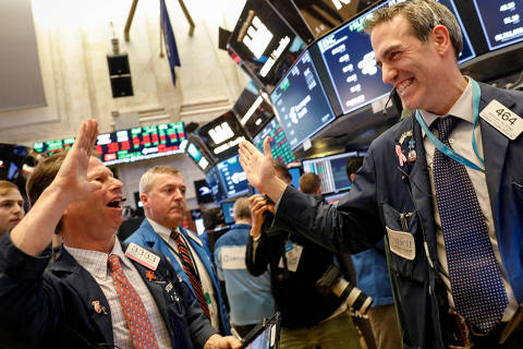 Traders celebrate after the closing bell on the floor of the New York Stock Exchange, (NYSE) in New York, U.S., February 6, 2018. REUTERS/Brendan McDermid ORG XMIT: NYK514