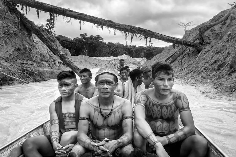 Mundurucus cruzam garimpo de ouro que devastou o rio das Tropas e parte do seu território, no município de Jacareacanga, no Pará