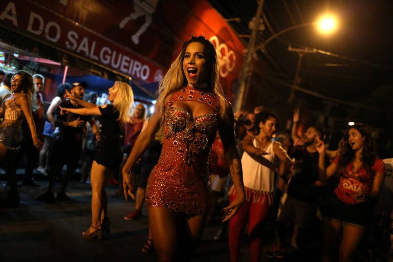 Transgênero Kamilla Carvalho samba durante ensaio da escola Acadêmicos do Salgueiro