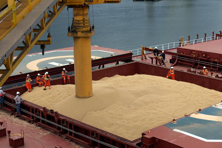 Carregamento de soja com destino à China em navio no porto de Santos (SP)