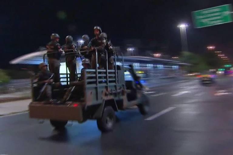 Militares em carro do Exército nas ruas do Rio