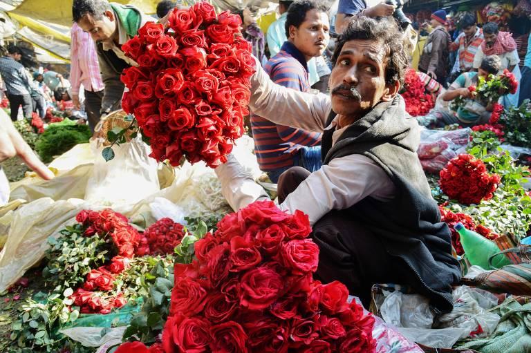 Comerciante faz arranjos de flores em preparação para as vendas do Dia de São Valentim, no próximo dia 14, em Calcutá, na Índia