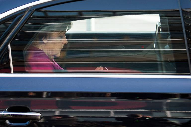 A chanceler alemã Angela Merkel deixa a sede da CDU em Berlin pouco após o acordo ser feito