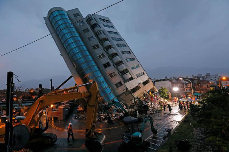 Prédio residencial danificado pelo terremoto, em Hualien