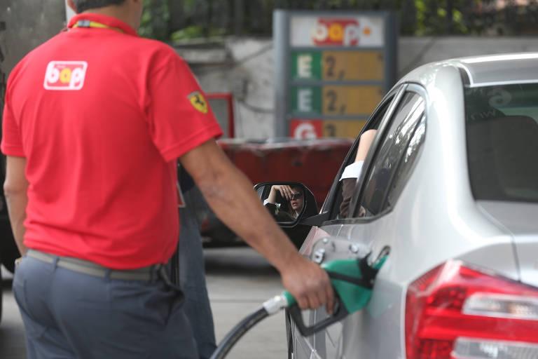 Frentista abastece carro prata em posto de gasolina em Santo André (SP)
