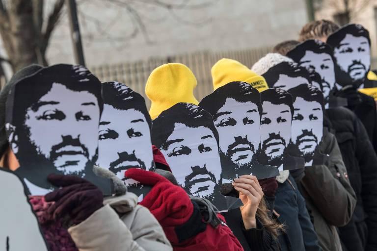 Ativistas protestam pela soltura de Taner Kilic, chefe da Anistia Internacional na Turquia preso desde junho de 2017, em Berlim, na Alemanha