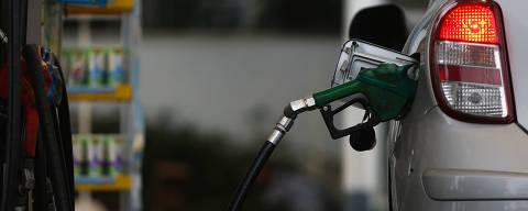 SÃO PAULO, SP, BRASIL, 02-02-2015: Automóvel em posto de gasolina, em São Paulo (SP). Houve aumento nos preços dos combustíveis (Gasolina e Diesel) nos postos da capital paulista. (Foto: Zanone Fraissat/Folhapress, COTIDIANO)