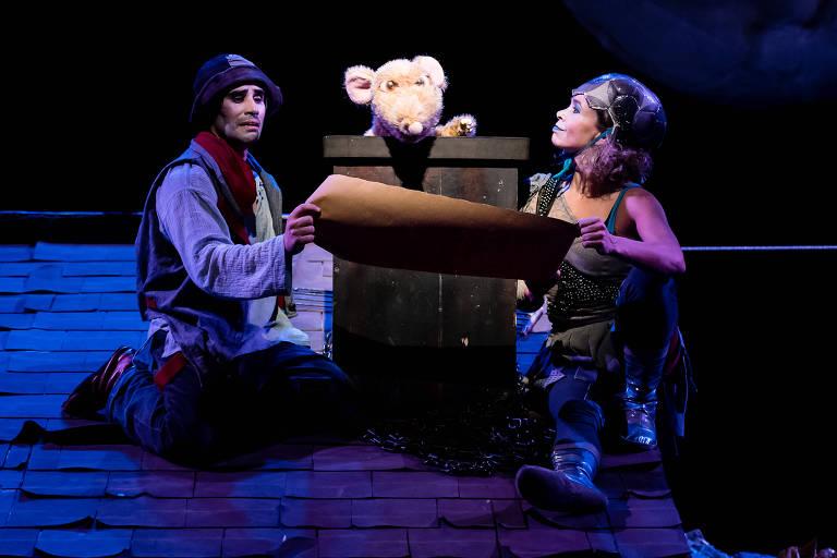 Natalia Presser e Nico Serrano em cena do espetáculo infantil 'Telhado de Ninguém', da Companhia do Polvo