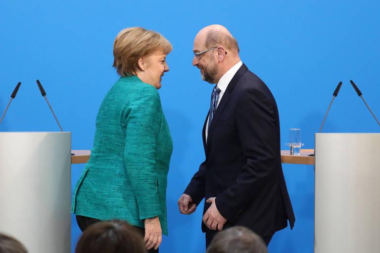 A chanceler alemã, Angela Merkel, e o social-democrata Martin Schulz, após entrevista coletiva em Berlim (Alemanha)