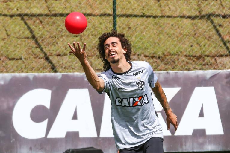 O meia-atacante Valdívia brinca com uma bola vermelha durante um treinamento do Atlético-MG, na Cidade do Galo