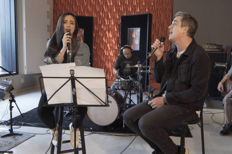 Jota Quest canta com Mari Nolasco no palco do YouTube Space no Rio