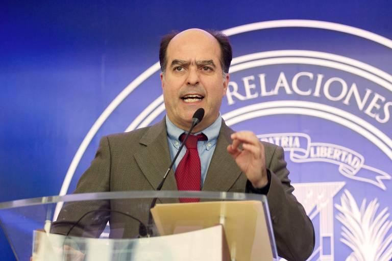 Líder da delegação da oposição venezuelana, Julio Borges, dá entrevista em Santo Domingo, na República Dominicana