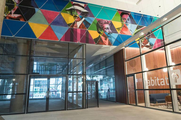 Fachada do espaço de coworking inaugurado pelo Bradesco, com grafites de personalidades brasileiras feita pelo Kobra