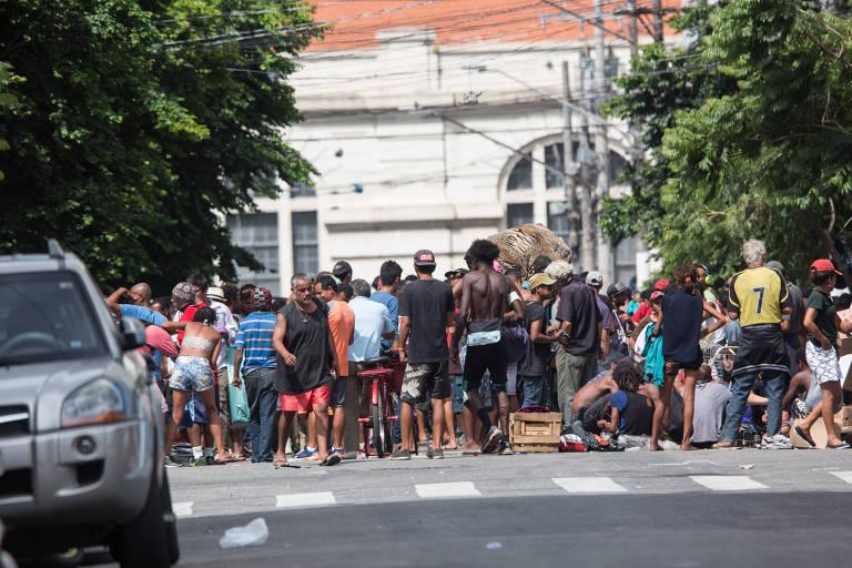 Fluxo de usuários de drogas na rua Helvetia no centro de São Paulo