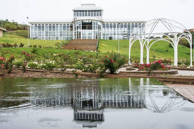 Jardim Botânico Irmãos Villas Bôas, em Sorocaba. O espaço, inaugurado em 2014, tem área de 70 mil m² e tem estufa, orquidário, roseiral e uma lagoa