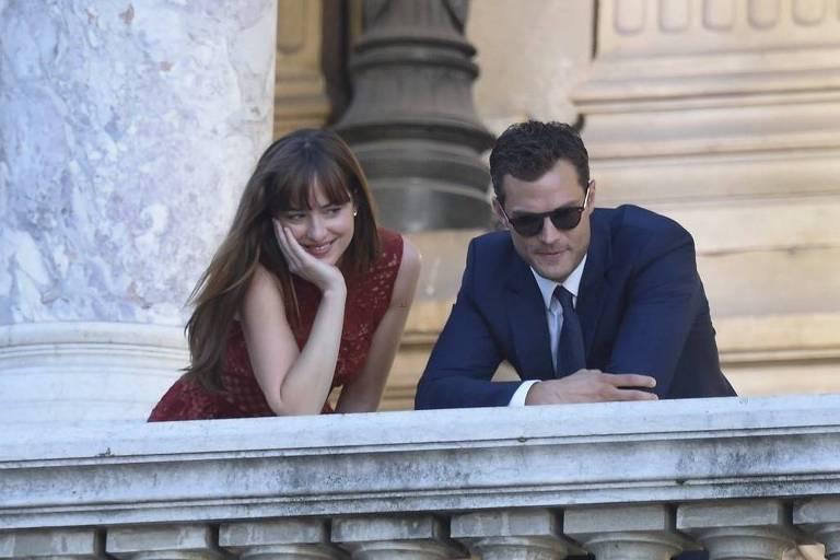 Os atores Dakota Johnson e Jamie Dornan em 'Cinquenta Tons de Liberdade'