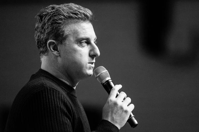 """Luciano Huck, durante palestra realizada na capital paulista; para FHC, candidatura do apresentador seria """"boa para o Brasil"""""""