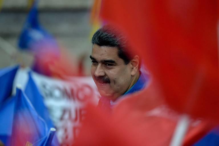 O líder venezuelano, Nicolás Maduro, saúda apoiadores durante comício para sua reeleição à Presidência em Caracas