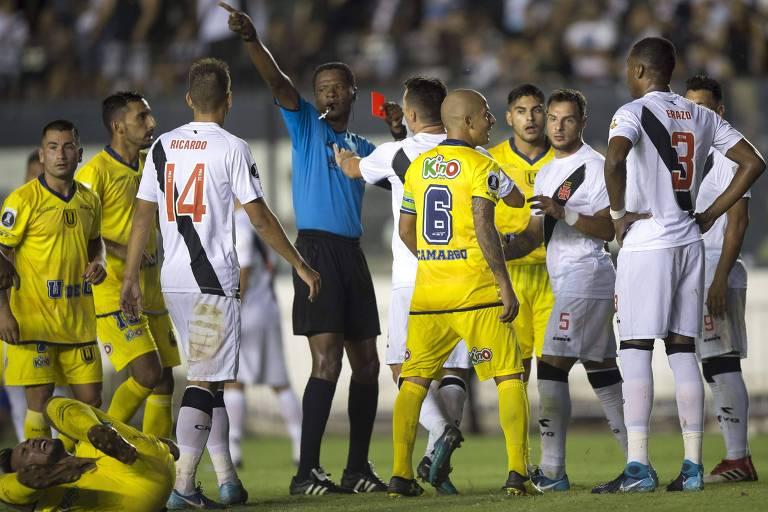 O árbitro colombiano Jose Argote explusa Erazo, do Vasco, em São Januário