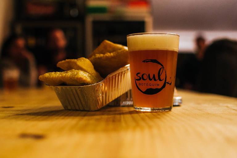 Cerveja em copo americano e porção de pastéis do Soul Botequim