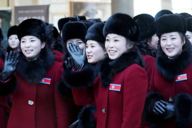 Líderes de torcida da delegação da Coreia do Norte chegam ao hotel em Inje, na Coreia do Sul, antes dos Jogos Olímpicos de Inverno