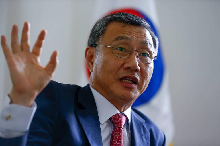 O embaixador da Coreia do Sul no Brasil, Lee Jeong-gwan, em seu gabinete, na sede da embaixada em Brasília