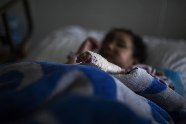 Sarah Mishan, 3, descansa em uma cama de hospital no vale de Bekaa, no Líbano, após ser resgatada nas montanhas que separam da Síria