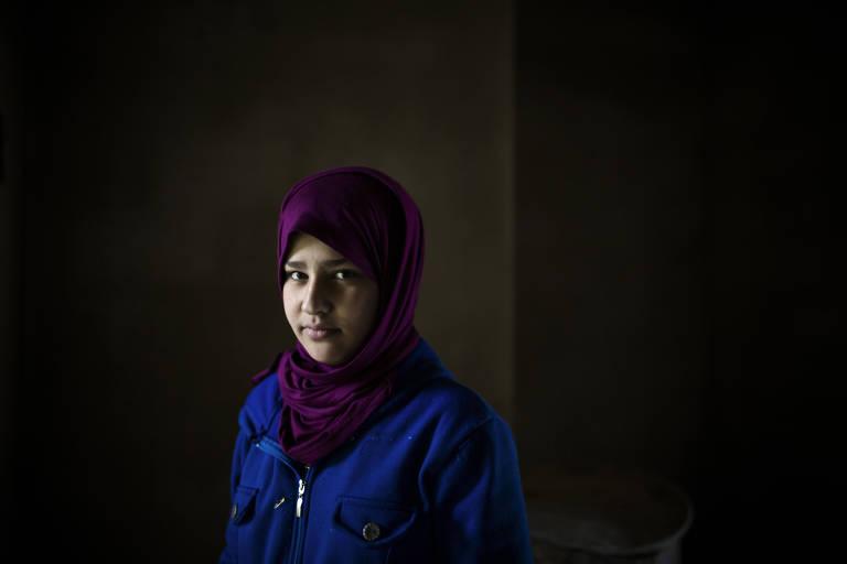 Hanan al-Abed, 13, sobreviveu à travessia das montanhas; ela teve que se desfazer das sandálias de plástico que usava para fazer o caminho mais rápido