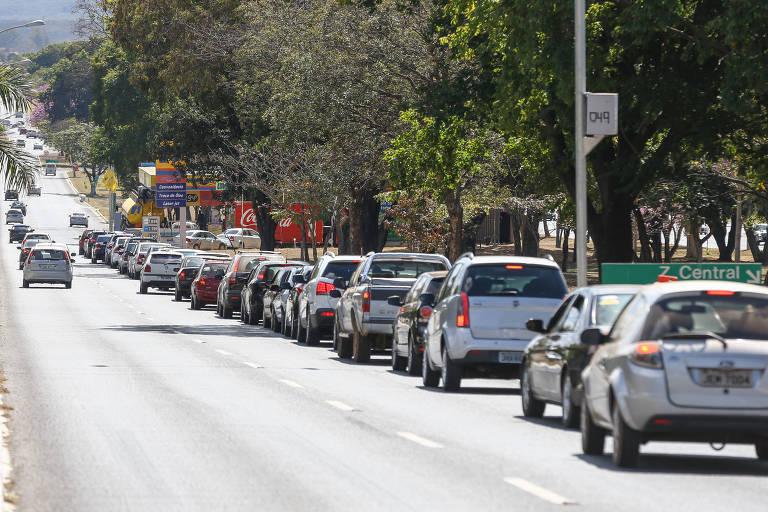 Motoristas fazem fila em posto de gasolina em Brasília
