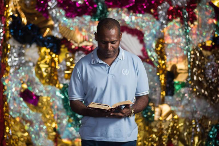 Anderson Paz, 44, evangélico e intérprete de escola de samba do grupo de acesso do Rio