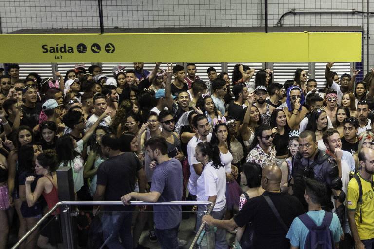 Estação Faria Lima, na linha 4-amarela, apinhada de gente no sábado (3) de pré-Carnaval