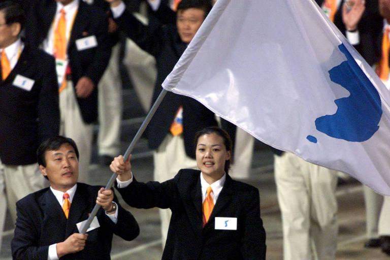 Jang Choo Pak (esq), da Coreia do Norte, e Eun-Soon Chung, da Coreia do Sul, desfilam juntos na abertura dos Jogos de Sydney-2000